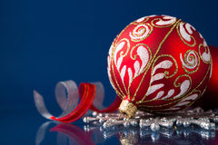 Rode en zilveren Kerstmisornamenten op donkerblauwe achtergrond Royalty-vrije Stock Foto