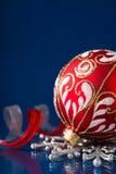 Rode en zilveren Kerstmisornamenten op donkerblauwe achtergrond Royalty-vrije Stock Afbeelding