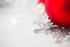 Rode en zilveren Kerstmisornamenten op heldere vakantieachtergrond Stock Fotografie