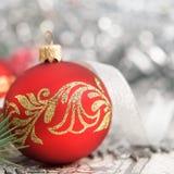 Rode en zilveren Kerstmisornamenten op heldere vakantiebedelaars Royalty-vrije Stock Afbeelding