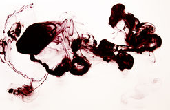 Rode en zwarte inktwolk in waterhand - gemaakte die DIY-textuur op wit wordt geïsoleerd Stock Afbeelding