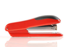 Rode en zwarte nietmachine die met bezinning wordt geïsoleerd Stock Afbeeldingen