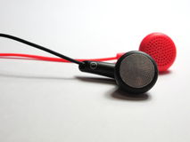 Rode en zwarte oortelefoon Royalty-vrije Stock Afbeeldingen