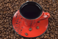 Rode en zwarte oostelijke kop van koffie Stock Foto
