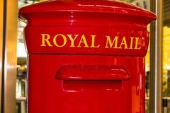 Rode Engelse pijlerdoos of postbus royalty-vrije stock afbeeldingen