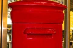 Rode Engelse pijlerdoos of postbus stock afbeelding