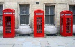 Rode Engelse telefooncellen in Londen Stock Foto