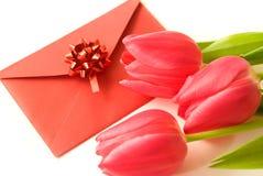 Rode envelop en rode tulpen Stock Fotografie