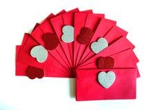 Rode envelop met Rode harten en zilveren harten Stock Afbeeldingen