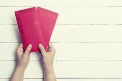 Rode Envelop of rood pakket in gestemde pastelkleur royalty-vrije stock afbeelding