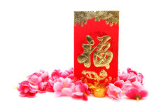 Rode Envelop, schoen-Vormige gouden baar (Yuan Bao) en Plum Flowers Stock Fotografie