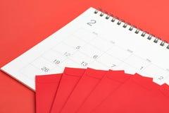 Rode enveloppen op Februari-kalender op rode achtergrond die als CH gebruiken Stock Foto