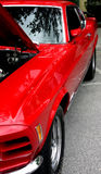 Rode exotische sportwagen met mening in zijspiegel royalty-vrije stock afbeeldingen