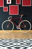 Rode fiets in ruime studio stock afbeelding