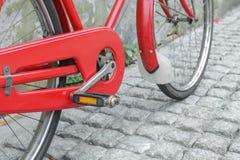 Rode fiets uitstekende antiquiteit in stad stock afbeelding