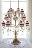 Rode fluweel cupcakes vertoning Stock Afbeelding