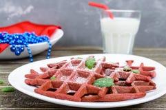 Rode fluweel ` van chocolade het Amerikaanse wafels ` op een witte ceramische plaat Royalty-vrije Stock Afbeelding