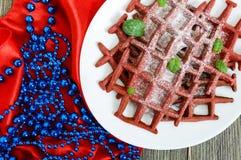 Rode fluweel ` van chocolade het Amerikaanse wafels ` op een witte ceramische plaat Royalty-vrije Stock Fotografie