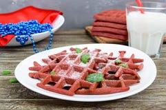 Rode fluweel ` van chocolade het Amerikaanse wafels ` op een witte ceramische plaat Stock Fotografie