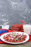 Rode fluweel ` van chocolade het Amerikaanse wafels ` op een witte ceramische plaat Royalty-vrije Stock Afbeeldingen