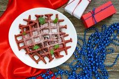 Rode fluweel ` van chocolade het Amerikaanse wafels ` op een witte ceramische plaat op een houten achtergrond Royalty-vrije Stock Afbeelding
