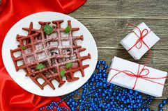 Rode fluweel ` van chocolade het Amerikaanse wafels ` op een witte ceramische plaat op een houten achtergrond Royalty-vrije Stock Fotografie