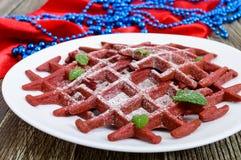 Rode fluweel ` van chocolade het Amerikaanse wafels ` op een witte ceramische plaat op een houten achtergrond Royalty-vrije Stock Afbeeldingen