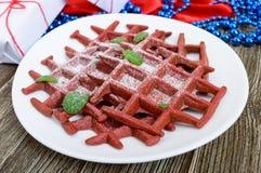 Rode fluweel ` van chocolade het Amerikaanse wafels ` op een witte ceramische plaat op een houten achtergrond Stock Foto's