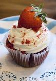 Rode Fluweelaardbei Cupcake stock foto's