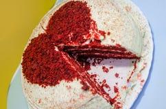 Rode fluweelcake met een hart bovenop het royalty-vrije stock foto