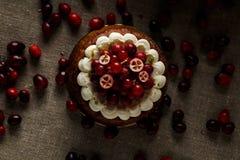 Rode fluweelcake op donkere achtergrond Royalty-vrije Stock Fotografie