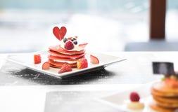 Rode Fluweelpannekoeken met Aardbeien en room Royalty-vrije Stock Fotografie