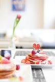 Rode Fluweelpannekoeken met Forest Fruit Royalty-vrije Stock Afbeelding