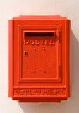 Rode Franse brievenbus op een muur stock afbeelding