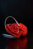 Rode garenbal met naalden stock afbeeldingen