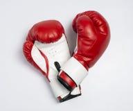 Rode geïsoleerded bokshandschoenen Royalty-vrije Stock Fotografie