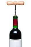Rode geïsoleerdet wijnfles en kurketrekker Stock Fotografie
