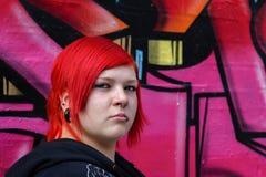 Rode gehoorde vrouw met graffityachtergrond Royalty-vrije Stock Afbeeldingen