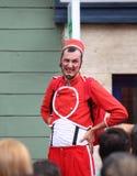 Rode geklede mens die een gezicht maken Stock Fotografie