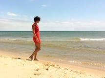 Rode geklede vrouw Stock Foto's