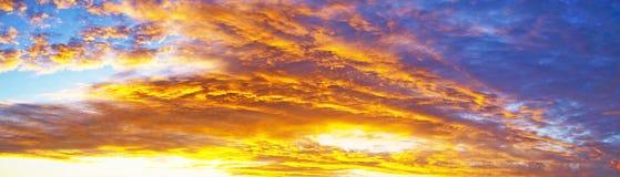 Rode gekleurde cirruswolk, achtergrondzonsondergangzeegezicht royalty-vrije stock foto