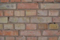Rode gele bakstenen muurtextuur als achtergrond Stock Foto's