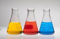 Rode, gele en blauwe flessen Ehrlenmeyer Royalty-vrije Stock Afbeelding