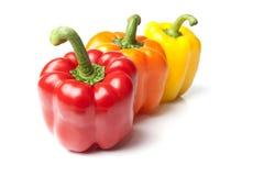 Rode Gele en Oranje Groene paprika's op Geïsoleerdec Whi Stock Foto's