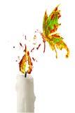 Rode gele verfvlam op de kaars en de vlinder die hierboven vliegen Stock Fotografie