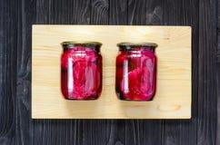 Rode gemarineerde bieten in een glaskruiken royalty-vrije stock foto