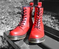 Rode geregen laarzen, op zwart-witte achtergrond in park Stock Foto's