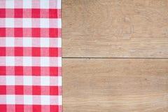 Rode geruit Schots wollen stofdoek op hout Stock Fotografie