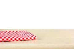 Rode geruite doek op houten lijstbovenkant op witte achtergrond Stock Foto's