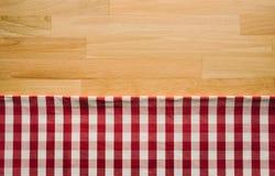 Rode geruite stof op houten lijstachtergrond Voor decoratie stock afbeelding